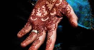 Le henné naturel a une couleur brun-rouge.