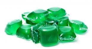 Les dosettes de lessives liquides en sachets contiennent un liquide concentré irritant pour la peau, les yeux et les muqueuses de la bouche.