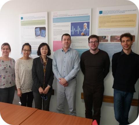 La photo montre la délégation avec le directeur administratif et les deux pharmaciens du Centre Antipoisons belge.