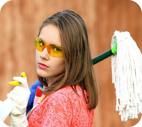 Enfilez des gants de ménage et protégez-vous les yeux des éclaboussures en mettant des lunettes de protection.