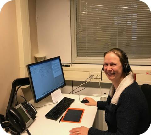 Une collègue néerlandaise en action à la permanence téléphonique.