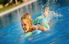 Un plongeon rafraichissant dans l'eau claire de la piscine ? Utilisez avec prudence les produits de traitement de l'eau.