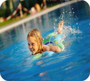 Un plongeon rafraichissant dans l'eau claire de la piscine? Utilisez avec prudence les produits de traitement de l'eau.