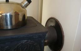 Le percement dans le conduit de cheminée doit être muni d'une rosace étanche et d'un manchon de centrage.