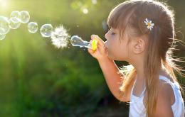 Ne donnez pas des jouets produisant des bulles aux enfants de moins de trois ans.