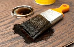 Le carbolineum (de carbo = charbon et oleum= huile) est un liquide huileux, brun-rougeâtre, inflammable, provenant de la distillation de la houille. Il contient principalement des dérivés du naphtalène, des dérivés phénoliques et des hydrocarbures aromatiques polycycliques.