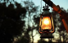 L'huile pour lampe est une huile minérale fabriquée à partir du pétrole.