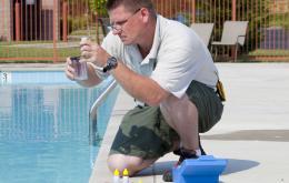 En cas de surdosage, les produits de traitement rendent l'eau irritante pour les yeux et la peau. Vérifiez régulièrement la qualité de l'eau.