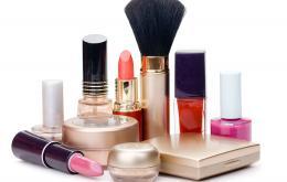 De manière générale, les produits cosmétiques ne sont pas dangereux. Mais certains cosmétiques contiennent de l'alcool, ce qui peut être dangereux chez l'enfant.