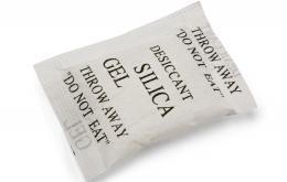 Ces sachets contiennent une substance nommée silicagel (silice), une forme très pure et sèche de sable.