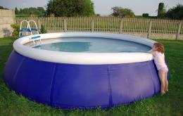Pour désinfecter l'eau d'une piscine, on utilise des solutions d'hypochlorite de soude, des comprimés ou des granulés à base de dichloroisocyanurate.