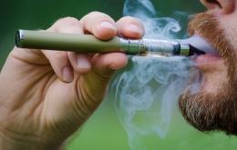 Une cigarette électronique est un produit fonctionnant à l'électricité (avec une batterie), sans combustion, destiné à simuler l'acte de fumer du tabac.
