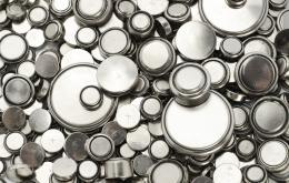 Les piles bouton peuvent causer une intoxication en cas d'ingestion. Dans le nez ou les oreilles, elles peuvent causer des lésions locales.