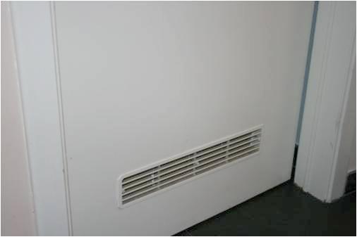 L'ouverture basse pour l'amenée d'air doit être installée le plus près possible du sol,  être non-obturable et présenter une surface de minimum 150 cm2.